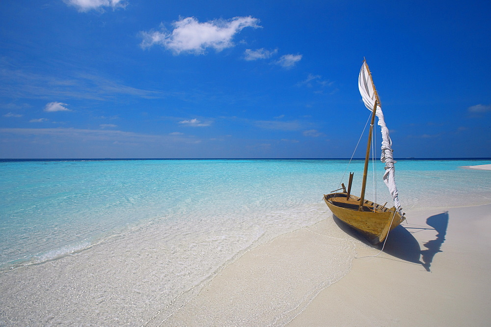 Traditional dhoni on the beach, Maldives, Indian Ocean, Asia