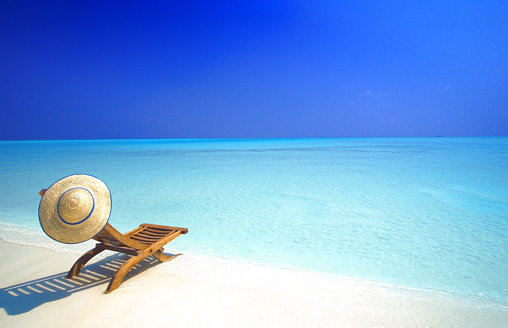 Wooden deckchair and hat on tropical beach, Maldives, Indian Ocean, Asia - 795-256