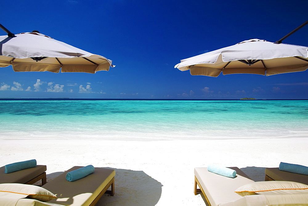 Deck chairs and tropical beach, Maldives, Indian Ocean, Asia - 795-415