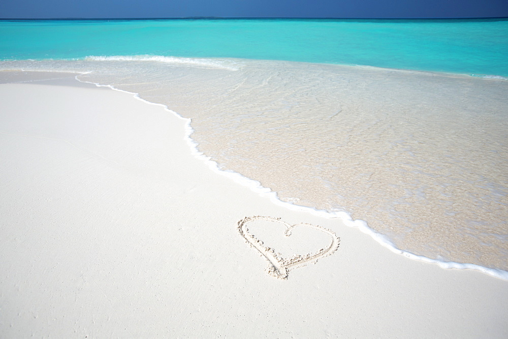 Heart drawn on an empty tropical beach, Maldives, Indian Ocean, Asia - 795-508