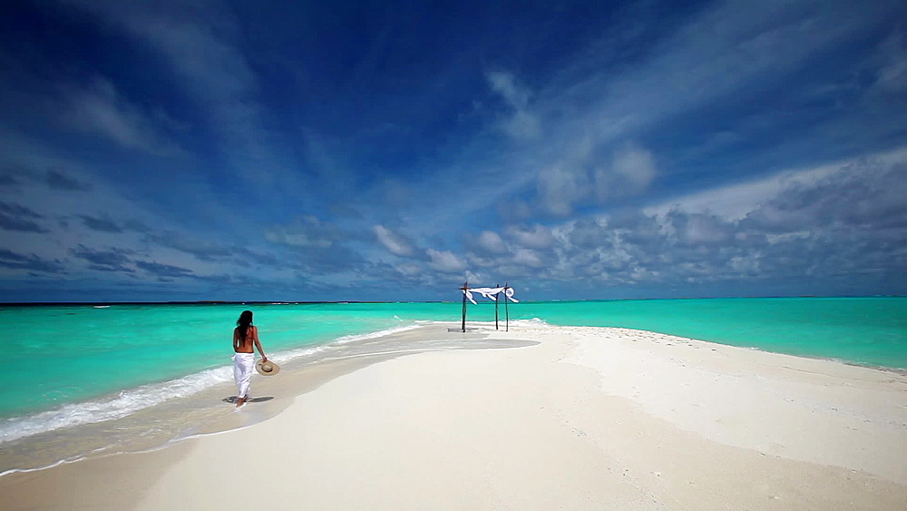 Young woman walking on Sandbank, Maldives, Indian Ocean - 795-573