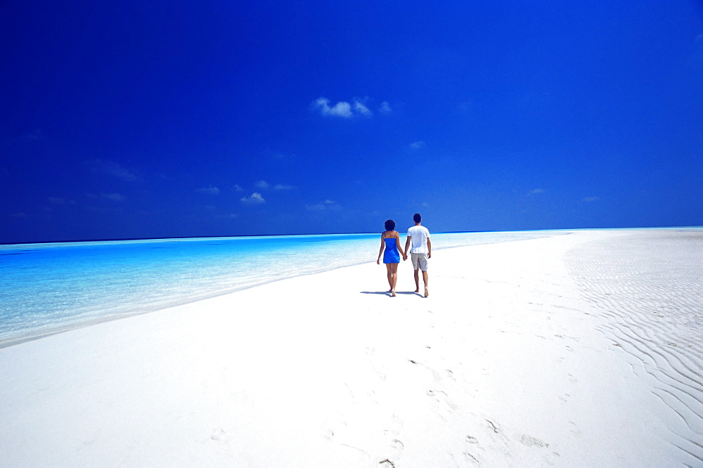 Couple walking on the beach, Maldives, Indian Ocean, Asia - 795-85