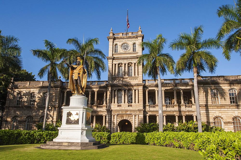 King Kamehameha statue in front of Aliiolani Hale (Hawaii State Supreme Court), Honolulu, Oahu, Hawaii, United States of America, Pacific