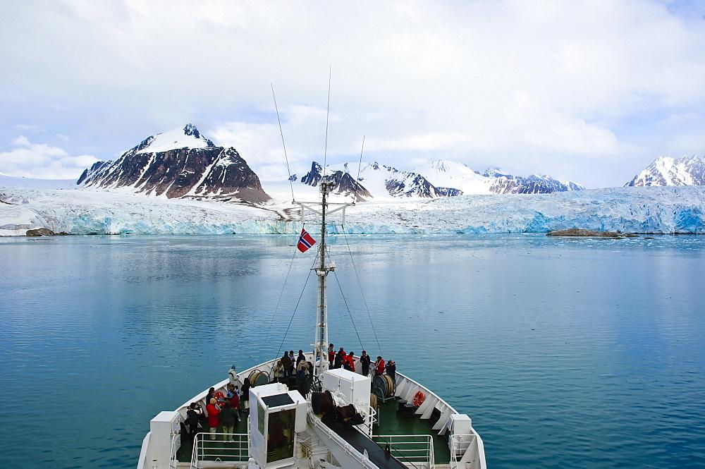 Passengers view glacier in Store Jonsfjord, Svalbard Archipelago, Norway, Arctic, Scandinavia, Europe
