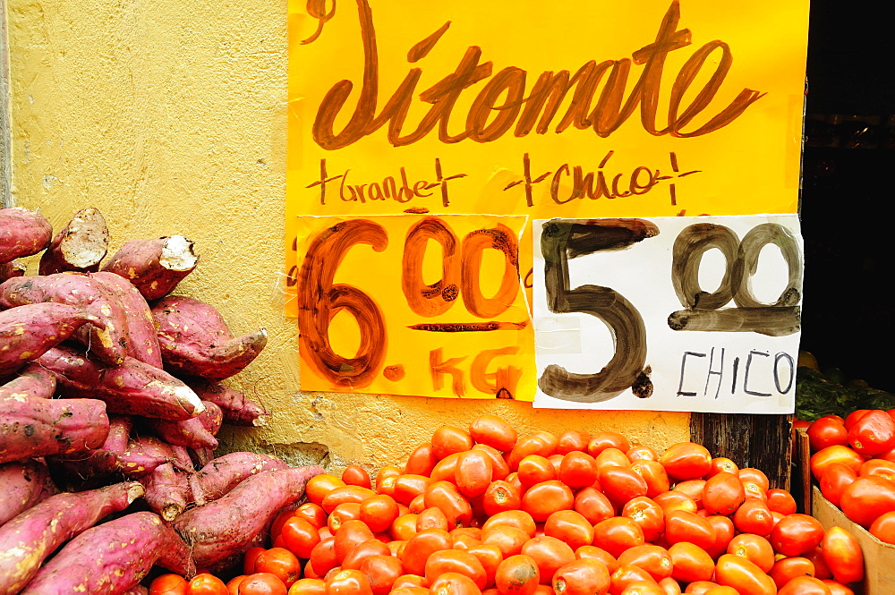 Mexico, Bajio, Guanajuato, Street stall selling tomatoes and sweet potatoes.