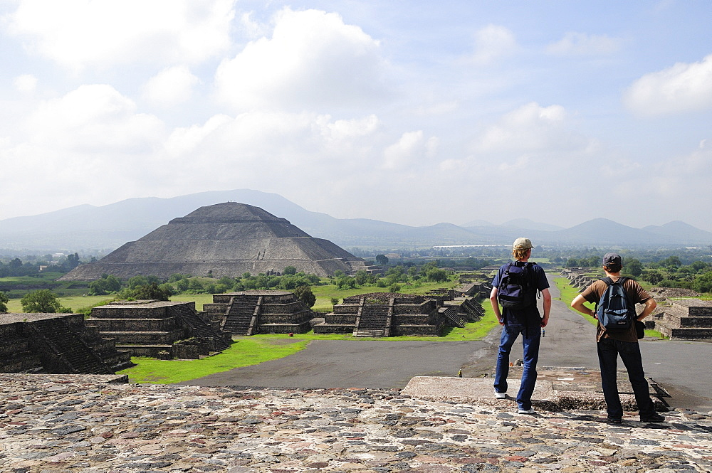 Mexico, Anahuac, Teotihuacan, Tourist couple taking in the view towards Pyramid del Sol.