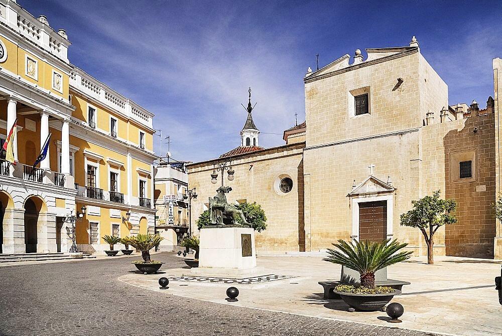 Spain, Extremadura, Badajoz, Catedral de San Juan Bautista and Ayuntamiento in Plaza Espana.