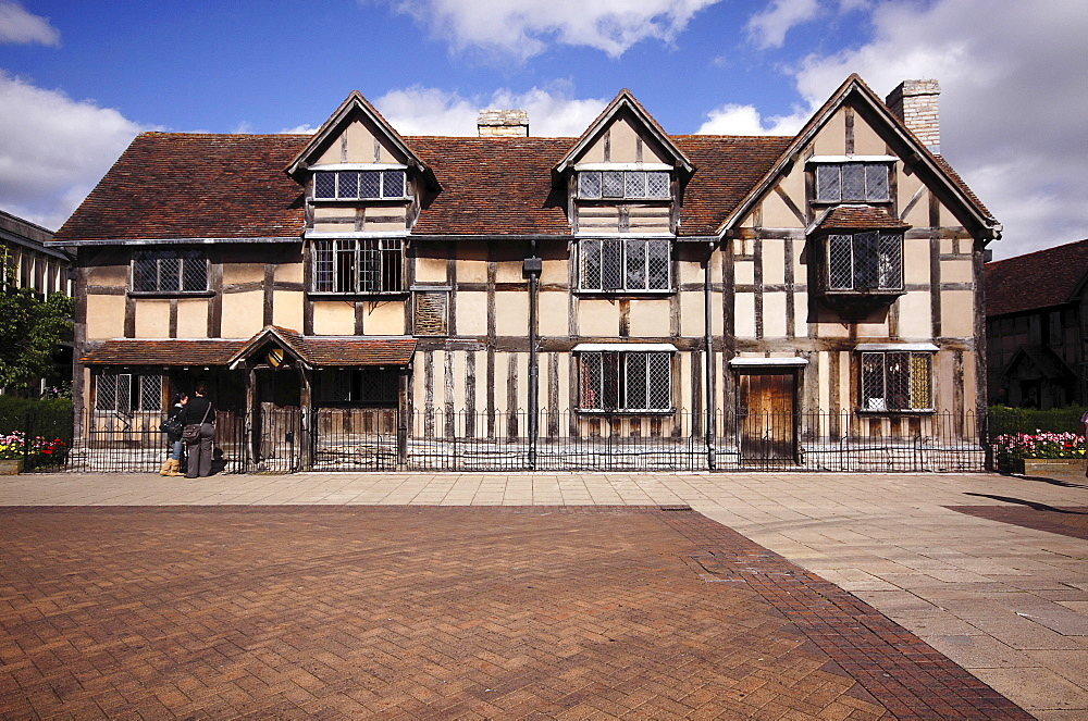 England, Warwickshire, Stratford-upon-Avon, Shakespeares birthplace a restored 16th Century half-timbered house William Shakespeare was born in 1564 spent his childhood years here.