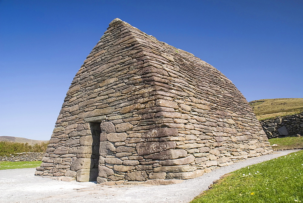 Ireland, County Kerry, Dingle Peninsula, Gallarus Oratory built by early Christian farmers between the 6th and 9th centuries.