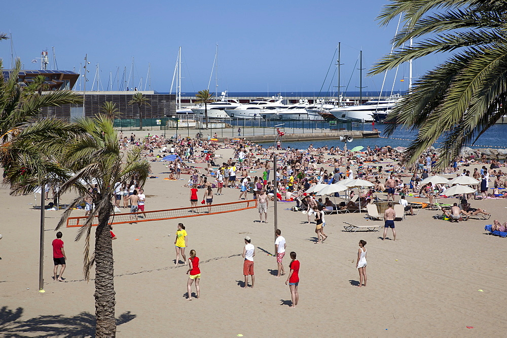 Spain, Catalonia, Barcelona, Barceloneta, Playa de St Sebastia, view along beach toward Port Olimpic.