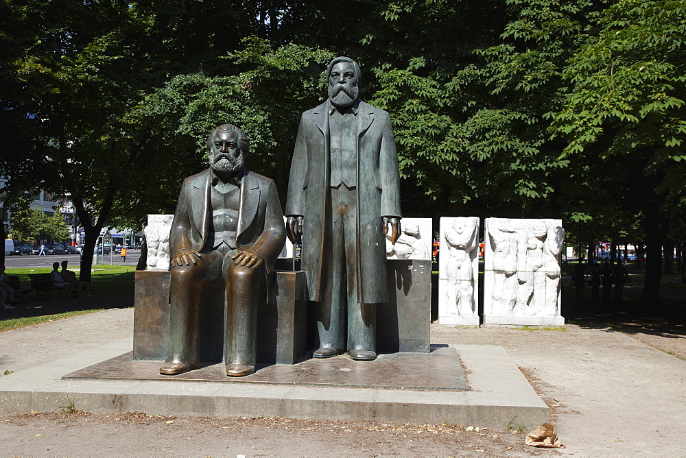 Germany, Berlin, Mitte, Statue os Karl Marx and Friedrich Engles in Marx-Engels-Forum.