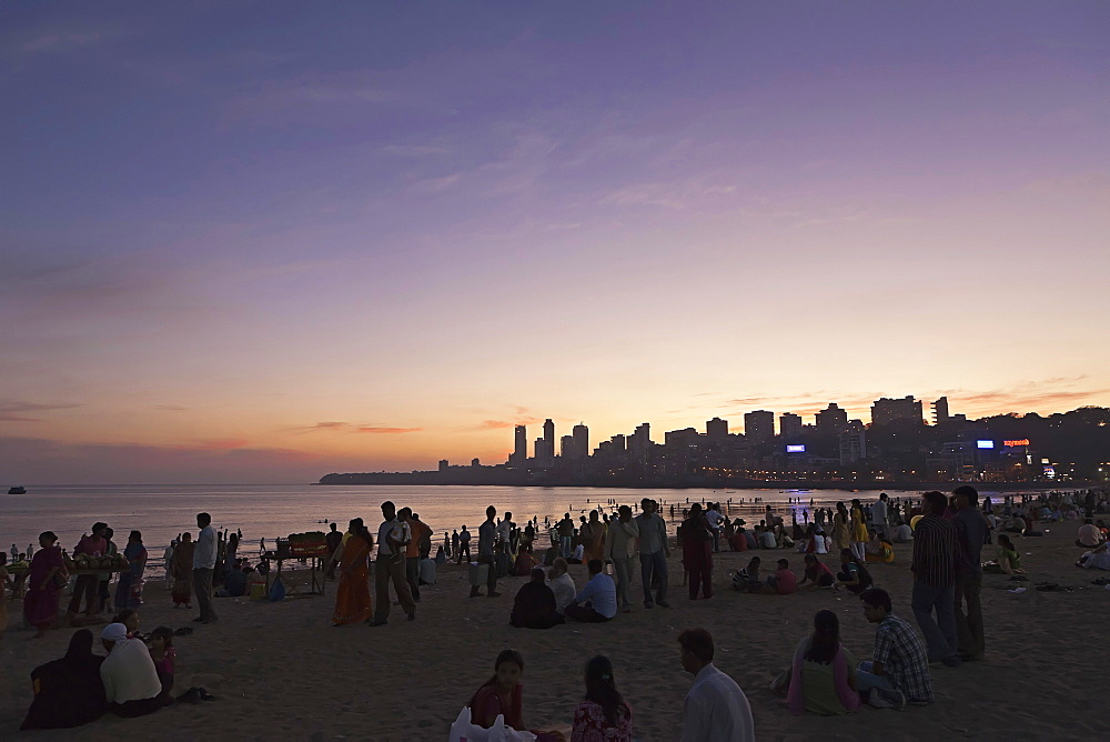 India, Maharashtra, Mumbai, Crowd on Chowpatty Beach at dusk.