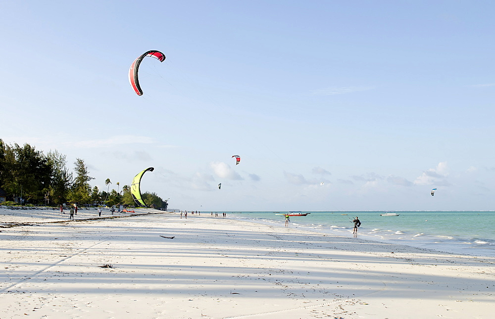 Tanzania, Zanzibar, Kitesurfers on Paje beach - 797-12959