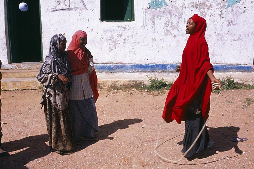 SOMALIA  Baidoa Girls playing skipping games with rope at Dr Ayub Primary School. African Eastern Africa Kids Learning Lessons Somalian Soomaliya Teaching