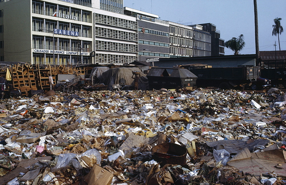 NIGERIA  Lagos Rubbish dump in centre of modern city. African Center Ecology Entorno Environmental Environnement Green Issues Nigerian Western Africa