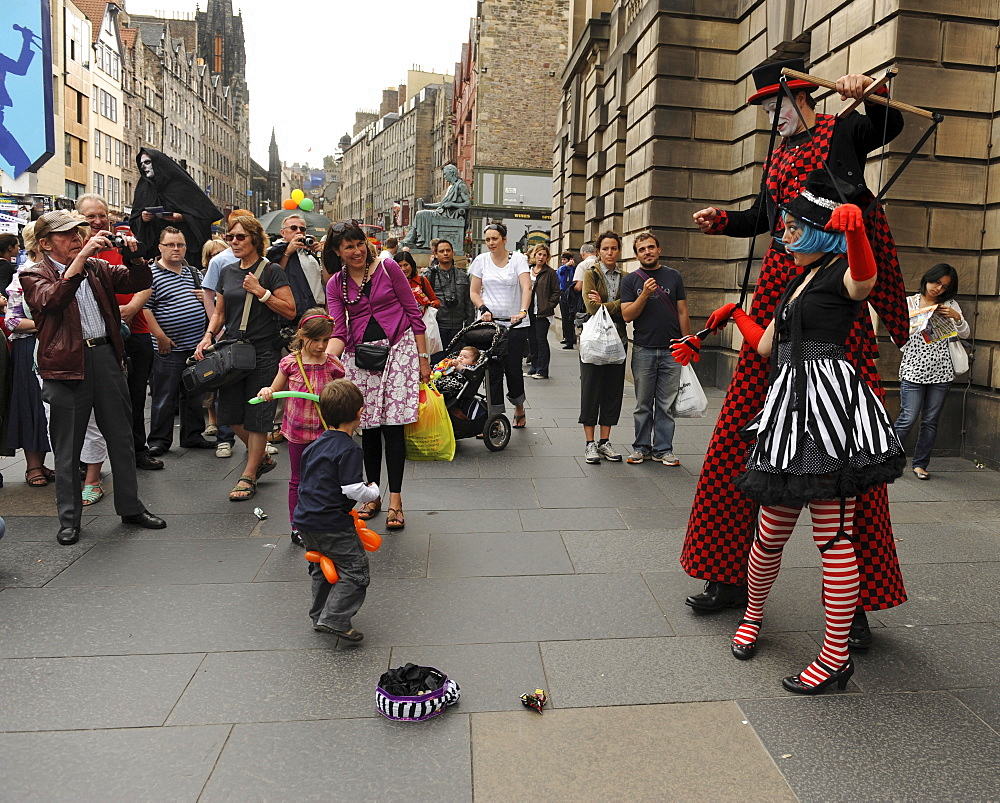 Scotland, Lothian, Edinburgh Fringe Festival of the Arts 2010, Street performers and crowds on the Royal Mile