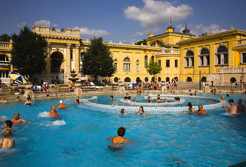 Hungary, Budapest, Pest, Outdoor bathing in summer at Szechenyi thermal baths, largest in Europe.