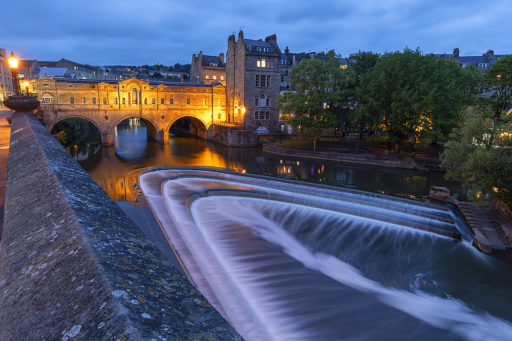Pulteney Bridge and weir on the River Avon at dusk, Bath, UNESCO World Heritage Site, Somerset, England, United Kingdom, Europe