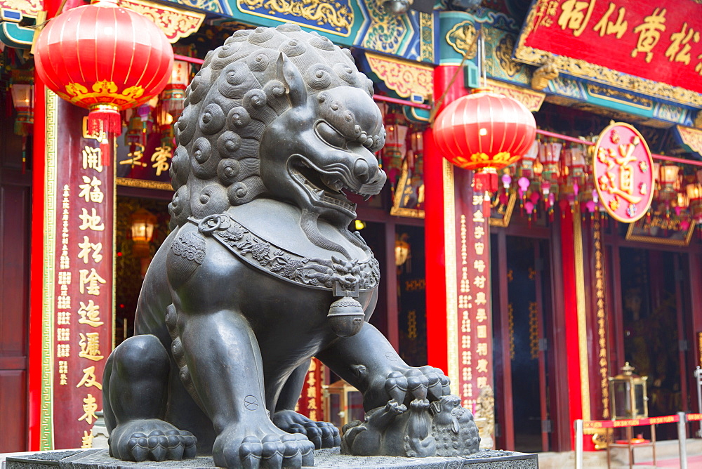 Lion statue at Wong Tai Sin Temple, Wong Tai Sin, Kowloon, Hong Kong, China, Asia