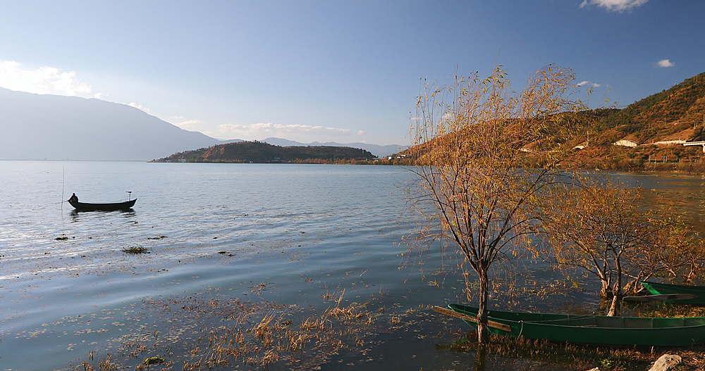 Fisherman on Erhai Lake, Shuanglang, Yunnan, China, Asia
