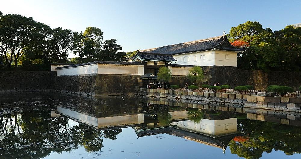 People crossing bridge of East Gardens of Imperial Palace, Tokyo, Honshu, Japan, Asia