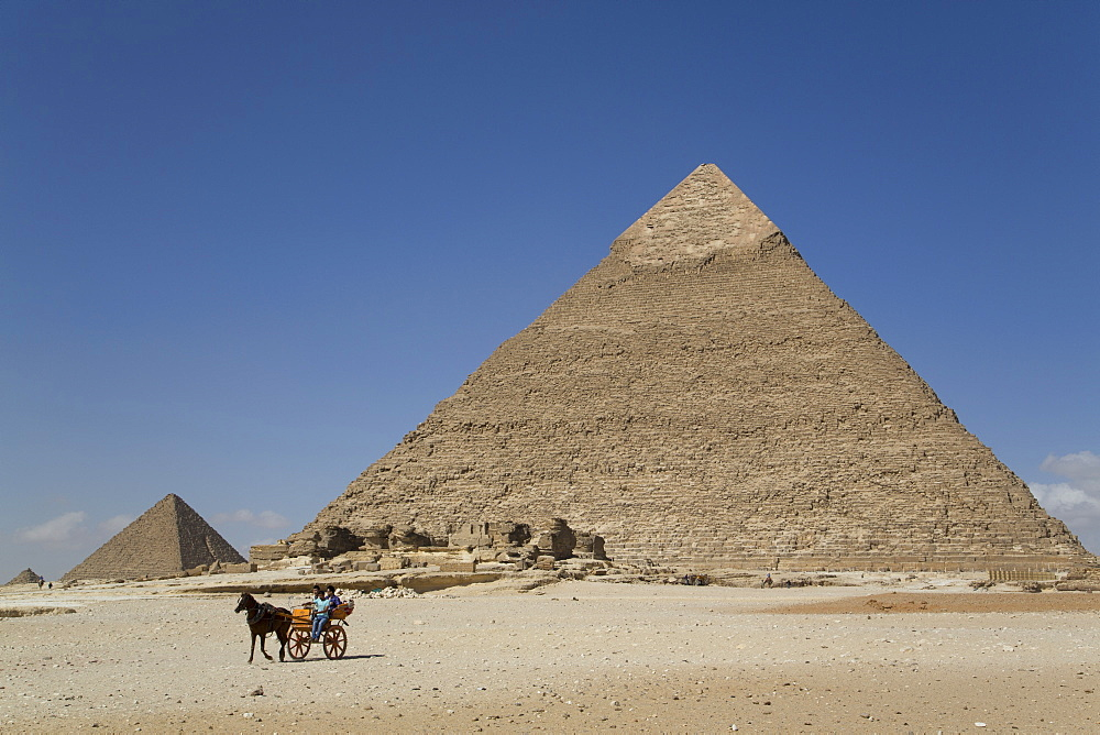Horsecart and Pyramid of Chephren, The Giza Pyramids, UNESCO World Heritage Site, Giza, Egypt, North Africa, Africa
