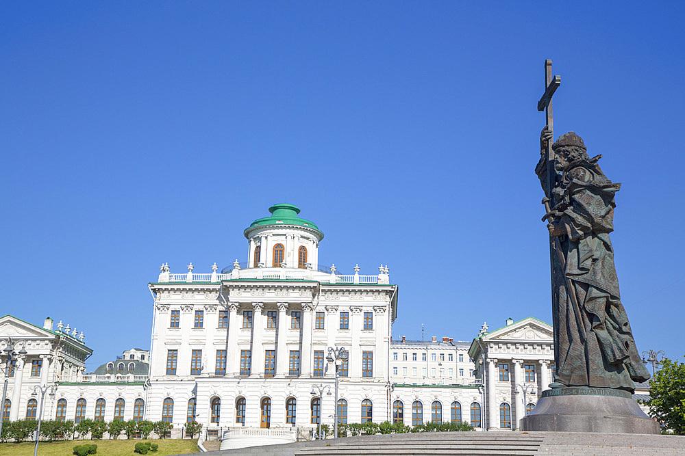 Statue, Pamyatnik Knyazyu Vladimiru, Pashkov House in the background, Moscow, Russia, Europe