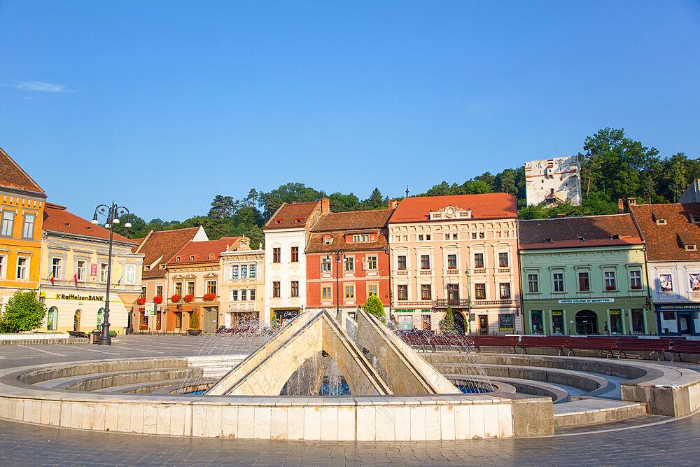 Fountain, Piata Sfatului (Council Square), Brasov, Transylvania Region, Romania