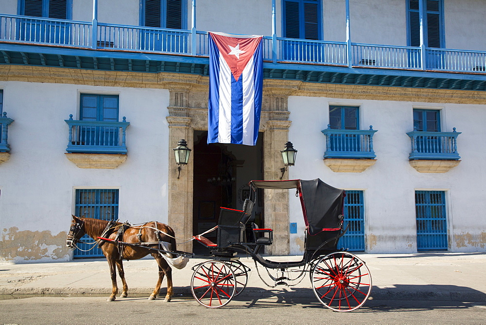 Horse Carriage, Palacio de la Artesania (Palace of the Artisans), Old Town, UNESCO World Heritage Site, Havana, Cuba, West Indies, Caribbean, Central America