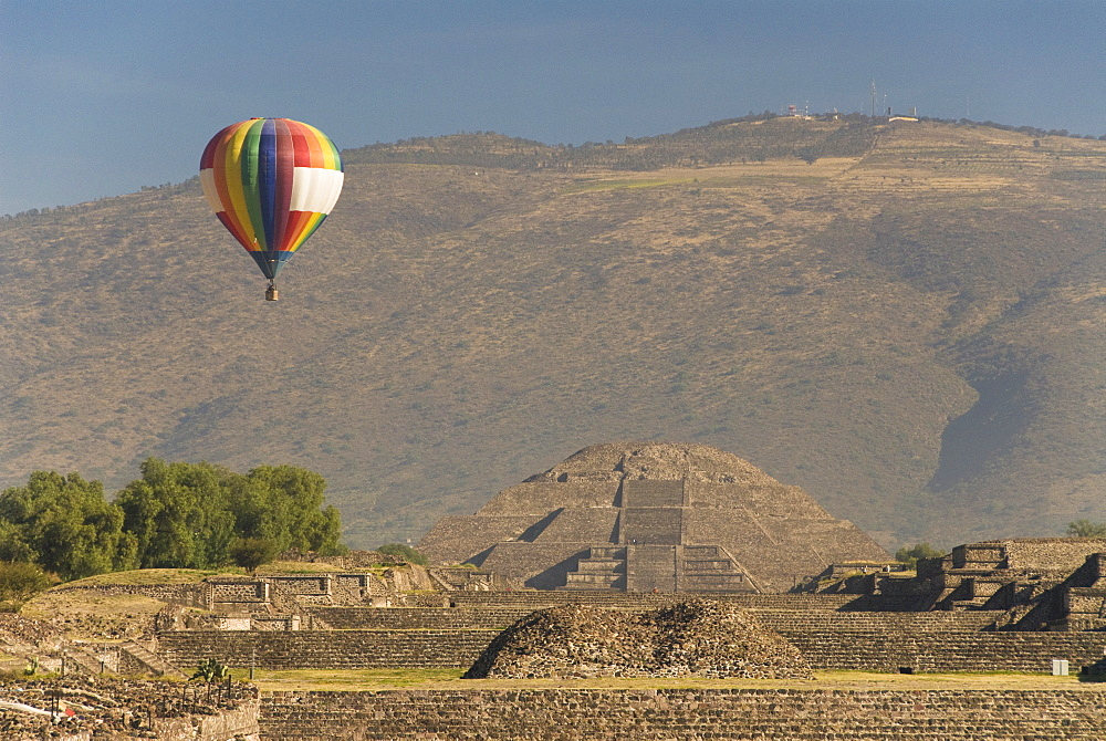 Hot air balloon with Pyramid of the Moon in the background, Archaeological Zone of Teotihuacan, UNESCO World Heritage Site, Mexico, North America