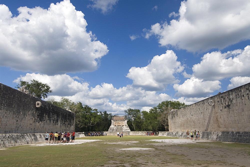 Guide lecturing to tourists in the Great Ball Court (Gran Juego de Pelota), Chichen Itza, UNESCO World Heritage Site, Yucatan, Mexico, North America
