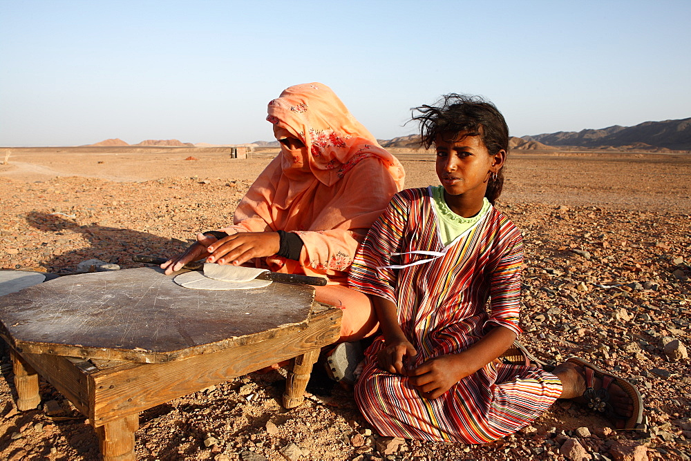 Local Bedouins prepare traditional Arab bread, Marsa Alam desert, Egypt, North Africa, Africa - 806-323