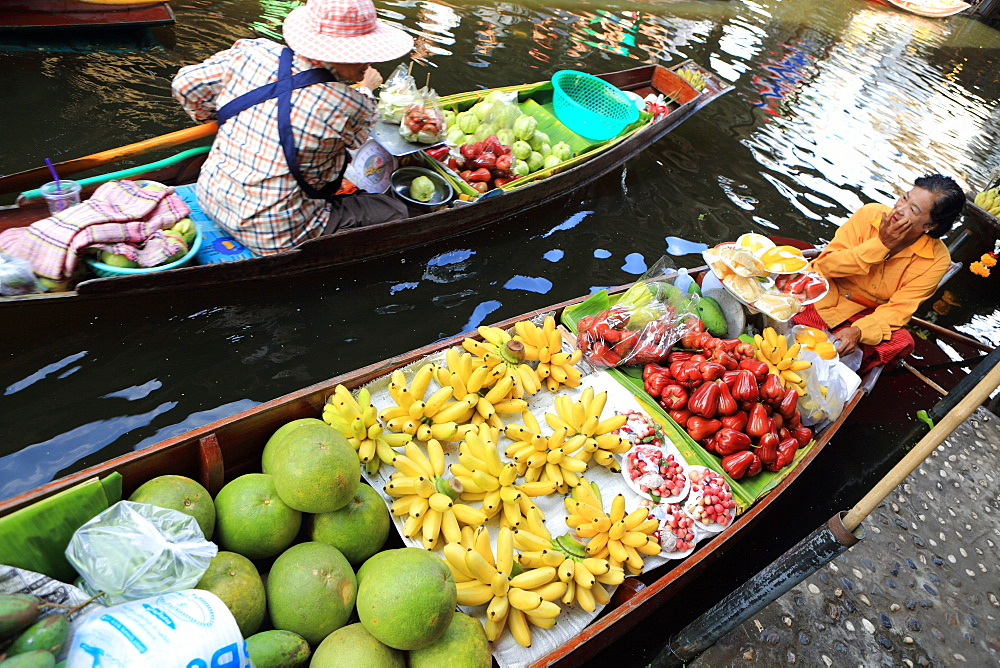 Thai woman selling fruit at floating market, Bangkok, Thailand, Southeast Asia, Asia - 806-339