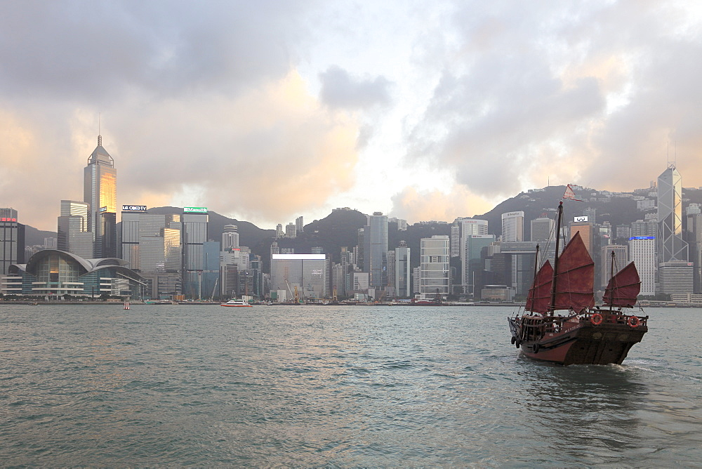 Traditional Chinese Junk, Skyline, Victoria Harbour, Hong Kong Island, Hong Kong, China Asia