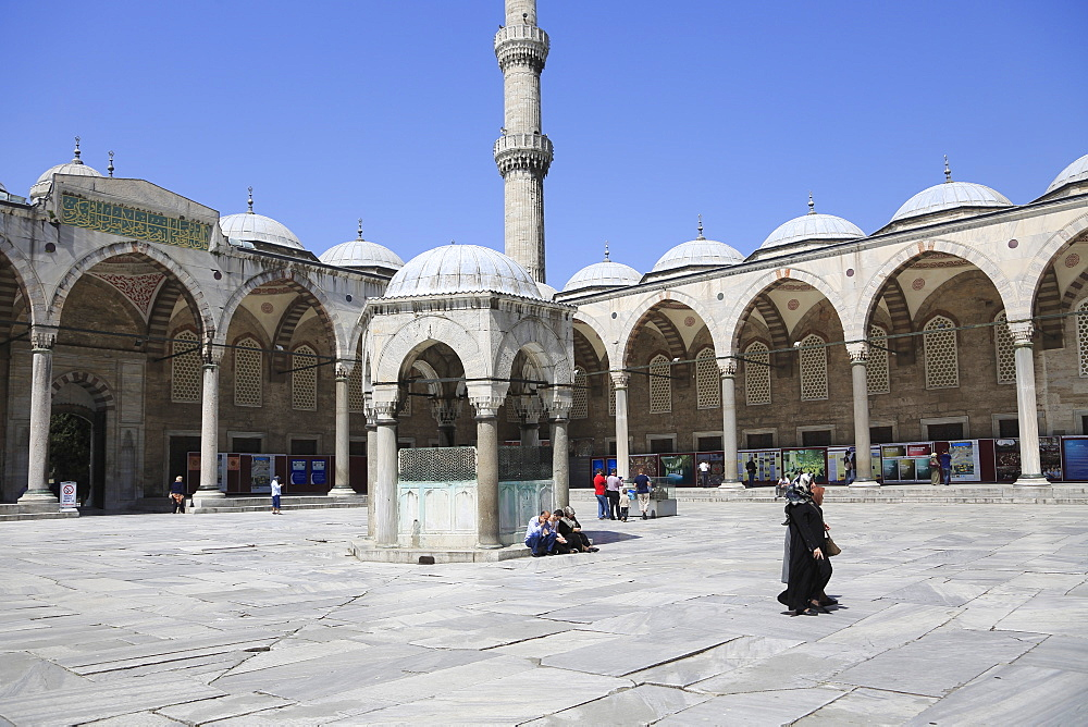 Courtyard, Blue Mosque (Sultan Ahmed or Ahmet Mosque) (Sultanahmet Camii), UNESCO World Heritage Site, Istanbul, Turkey, Europe