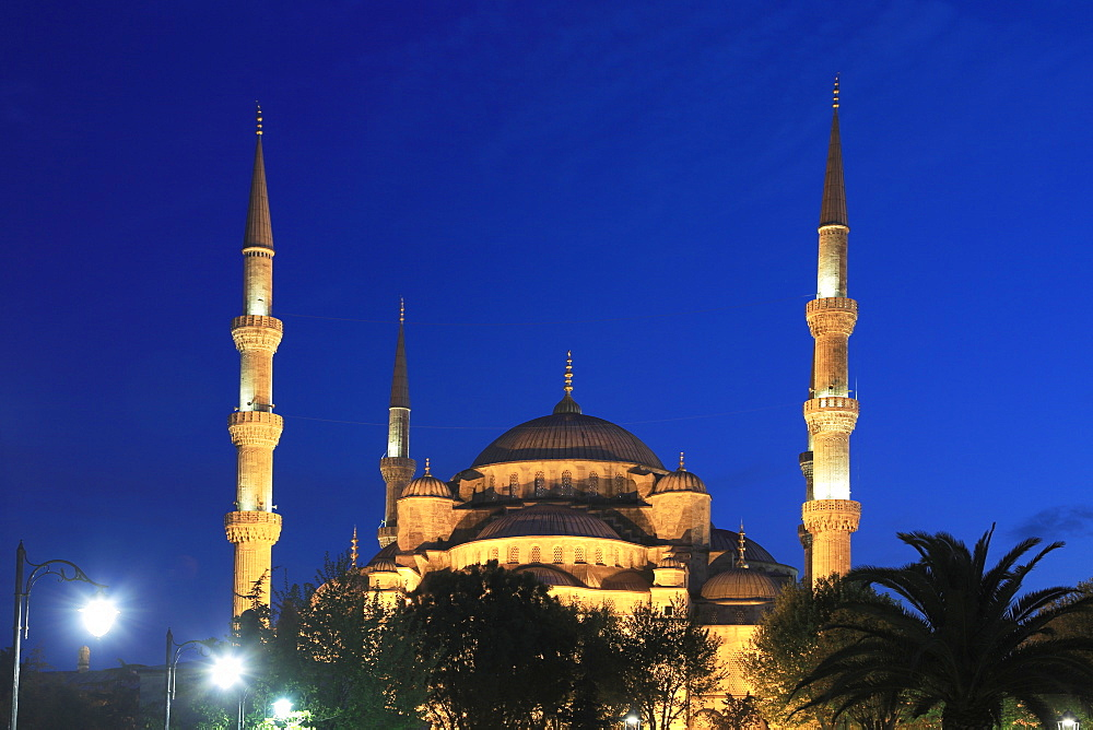 Blue Mosque at night (Sultan Ahmed or Ahmet Mosque) (Sultanahmet Camii), UNESCO World Heritage Site, Istanbul, Turkey, Europe