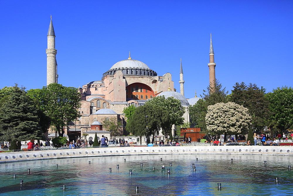 Hagia Sophia (Aya Sofya), UNESCO World Heritage Site, Sultanahmet Square Park, Istanbul, Turkey, Europe
