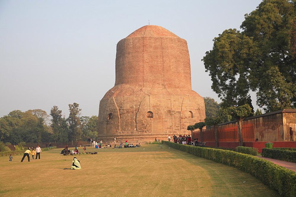 Dhamekh stupa, Buddhist, pilgrimage site, Sarnath, near Varanasi, Uttar Pradesh, India, Asia