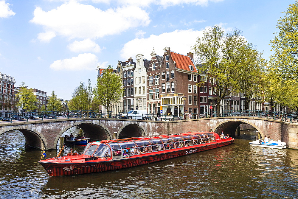 Tourist boat crossing Keizersgracht Canal, Amsterdam, Netherlands, Europe