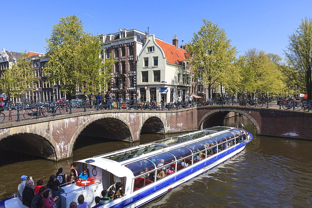 Tourist boat crossing the Keizersgracht Canal, Amsterdam, Netherlands, Europe