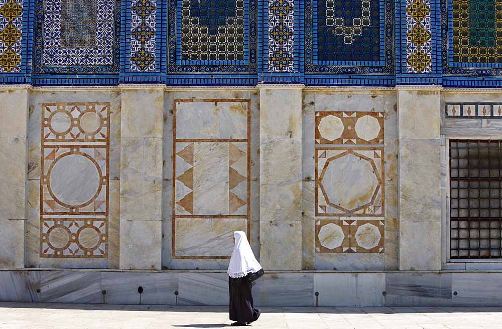 Muslim woman at the Dome of the Rock, Jerusalem, Israel, Middle East