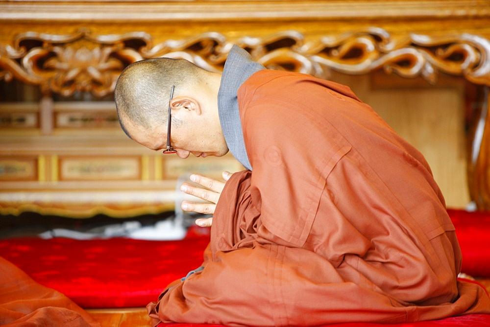 Praying monk, Jogyesa Temple, Seoul, South Korea, Asia