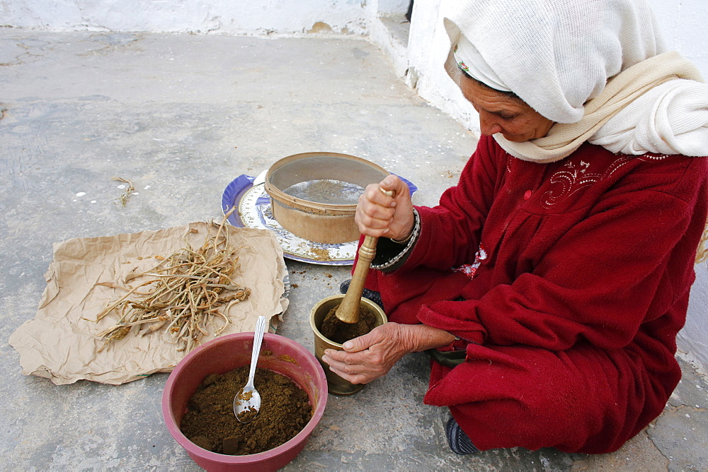 Woman grinding spices, Douz, Kebili, Tunisia, North Africa, Africa