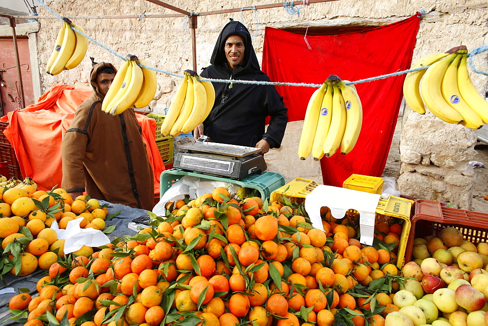 Fruit stall at Douz weekly market, Kebili, Tunisia, North Africa, Africa