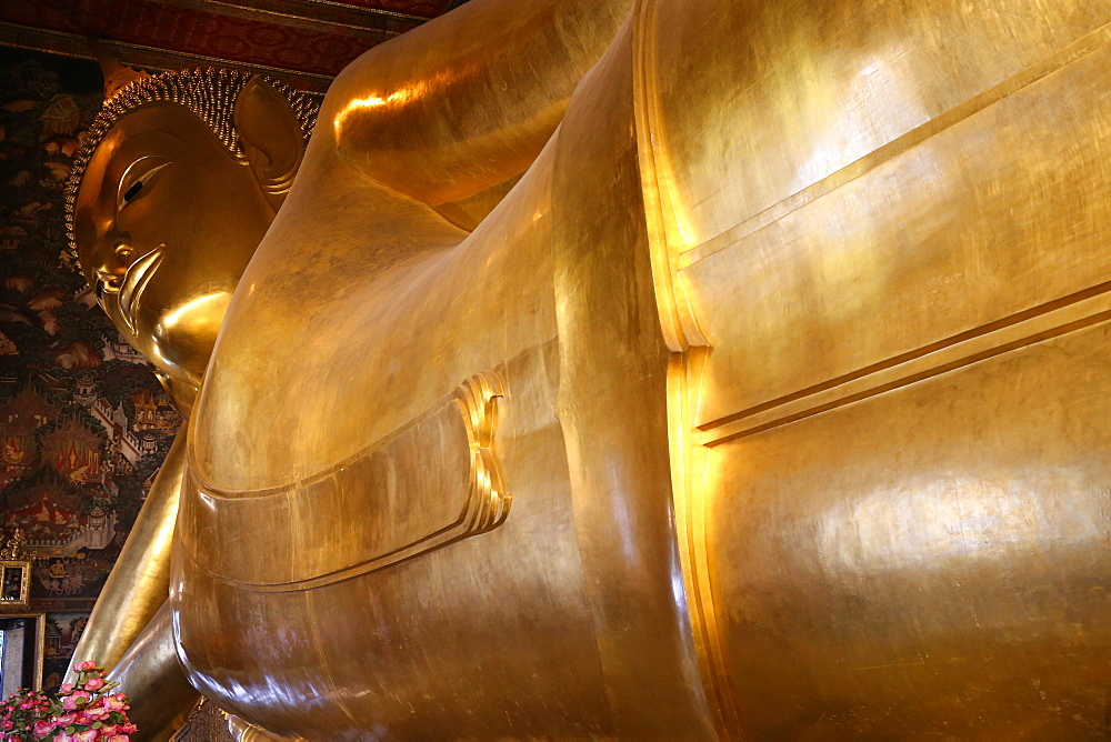Reclining Golden Buddha, 45m long and 15m high, Wat Pho Temple, Bangkok, Thailand, Southeast Asia, Asia