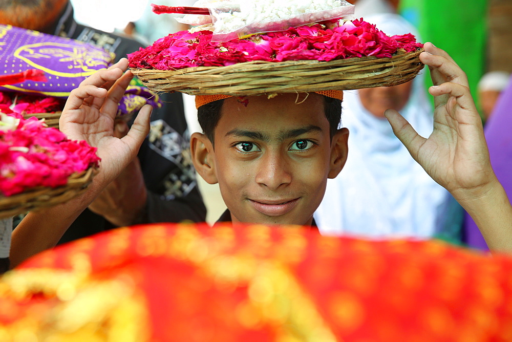Boy carrying offerings, Ajmer Sharif Dargah, Rajasthan, India, Asia