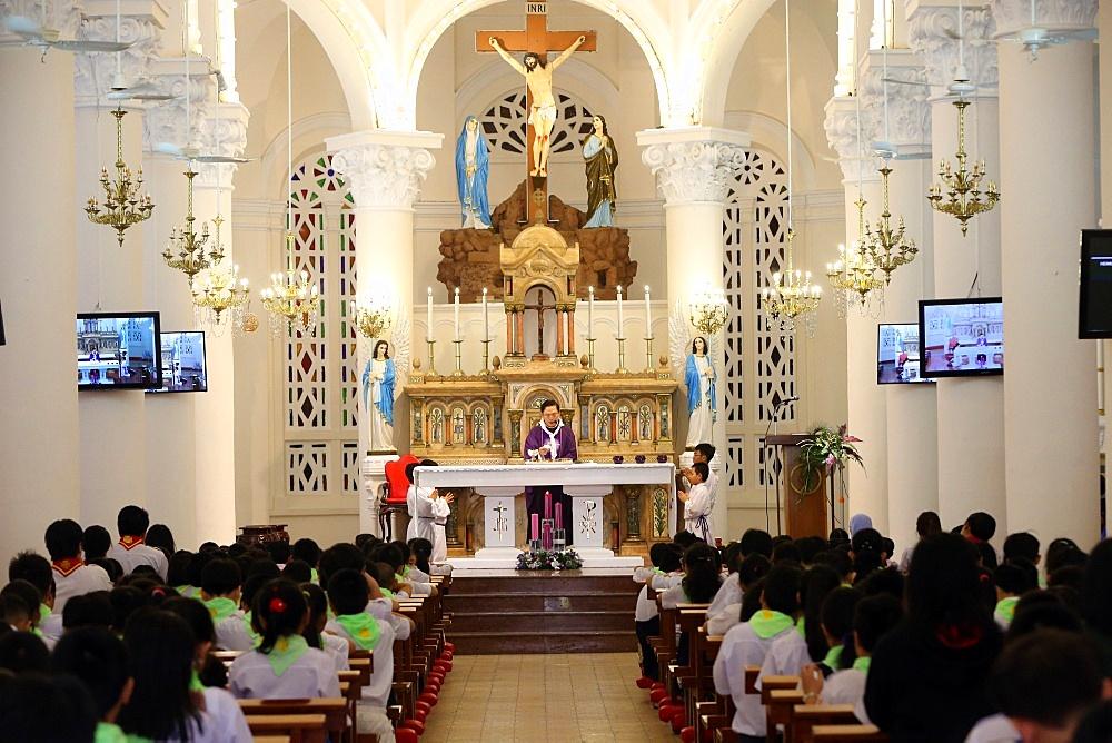 Church of the Sacred Heart of Jesus (Nha Tho Tan Dinh), Sunday Mass celebration, Ho Chi Minh City, Vietnam, Indochina, Southeast Asia, Asia
