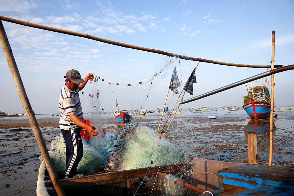 Fisherman preparing a net on the beach, Vietnam, Indochina, Southeast Asia, Asia