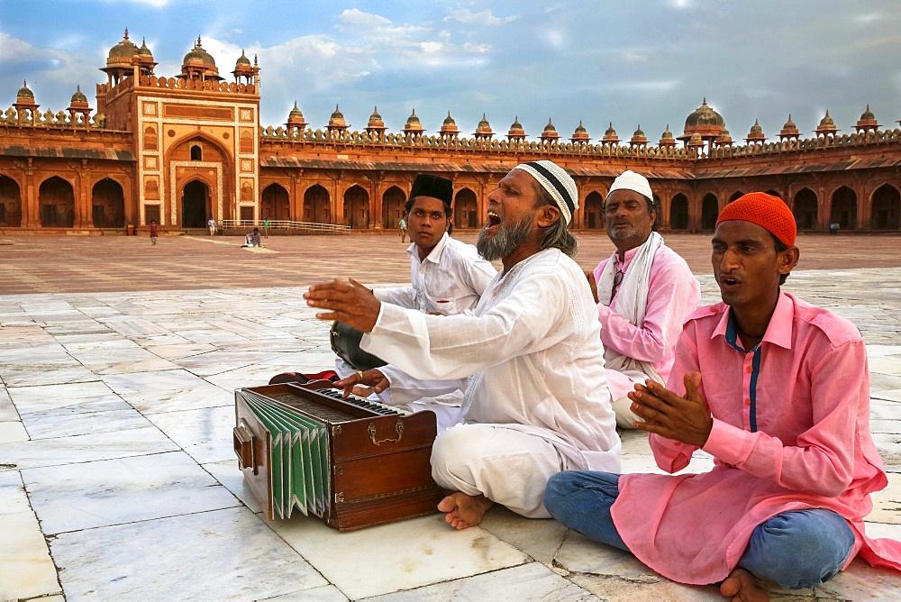 Qawali musician performing in the courtyard of Fatehpur Sikri Jama Masjid (Great Mosque), Fatehpur Sikri, UNESCO World Heritage Site, Uttar Pradesh, India, Asia - 809-7289