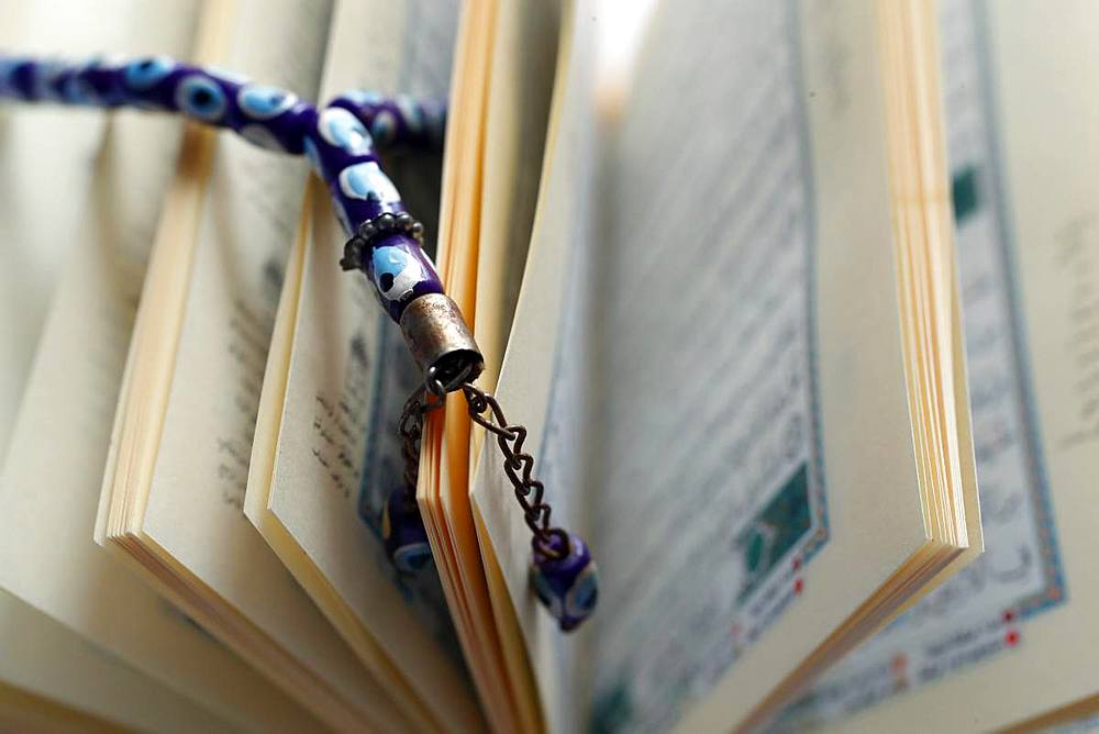 Arabic Holy Quran and a prayer beads. - 809-7493